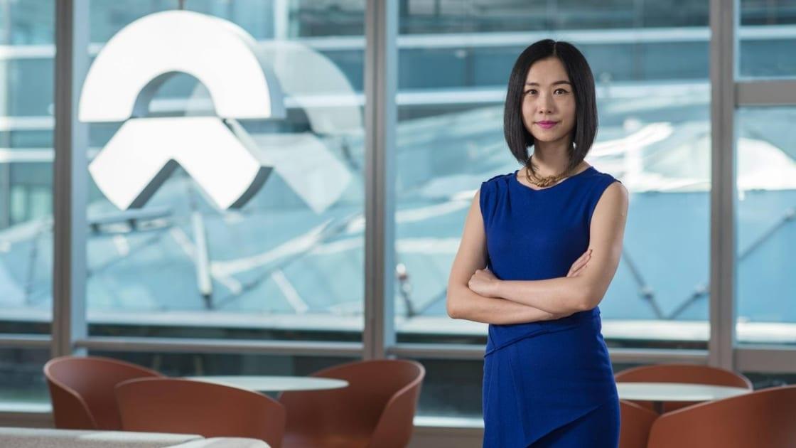 Jili Liu, directora de NIO Life, en el Centro de comercio internacional de WeWork en Shanghái. Fotografía de The We Company