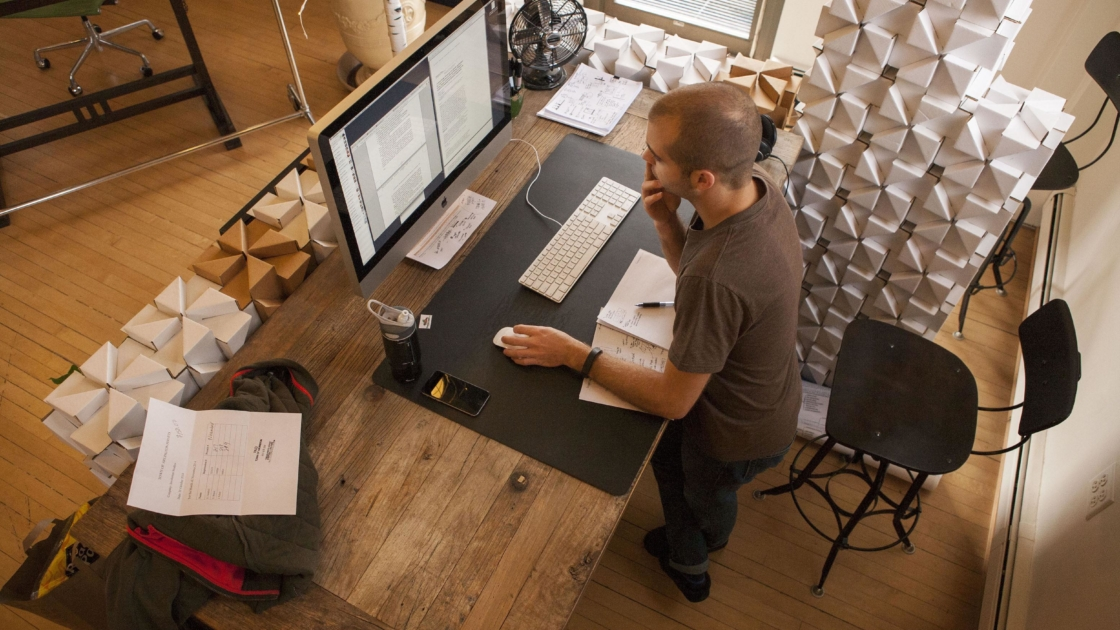 Why Standing Desks Should Be In Every >> Standing Desks Walking Meetings And Other Easy Ways To Stay Fit At