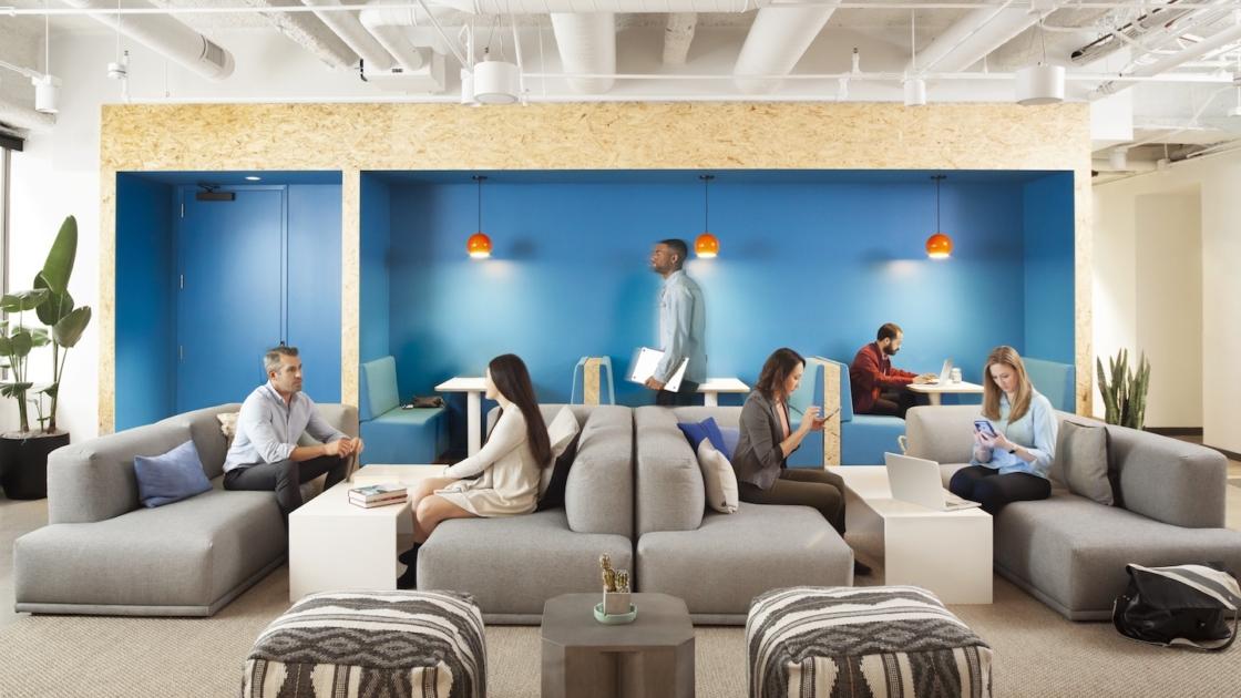 De lounge van TripActions op een WeWork-locatie San Francisco. Fotografie: Helynn Ospina
