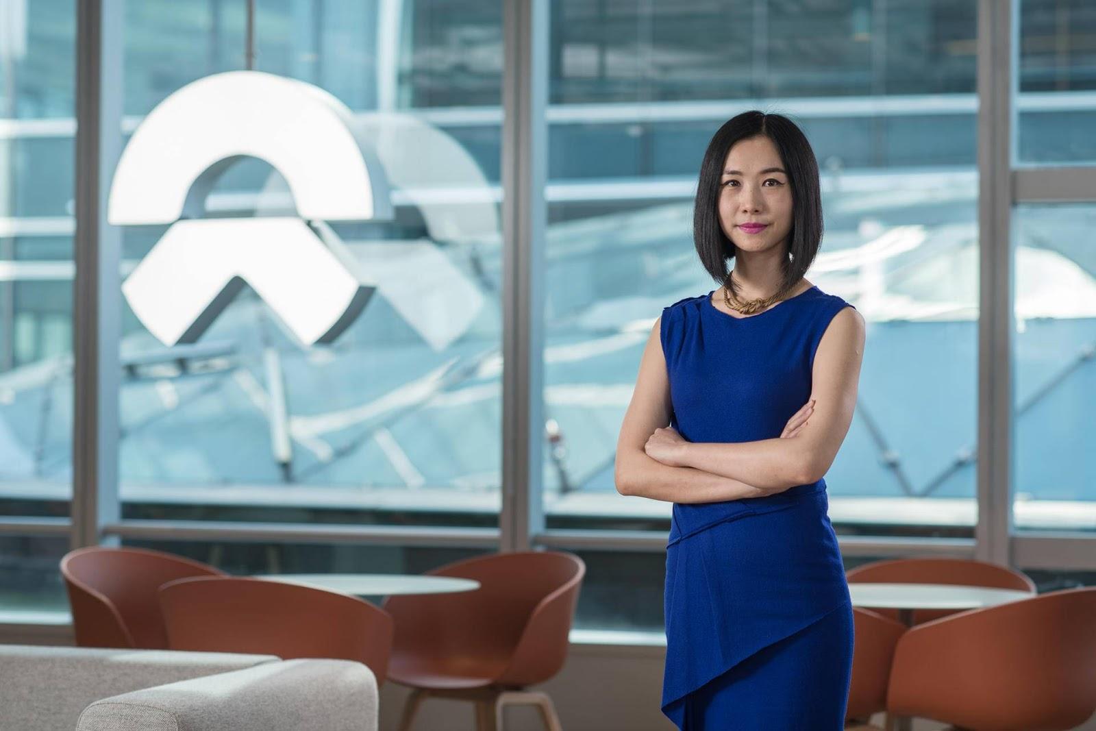 Jili Liu, chefe da NIO Life, na WeWork International Trade Center, em Xangai. Fotografia da The We Company