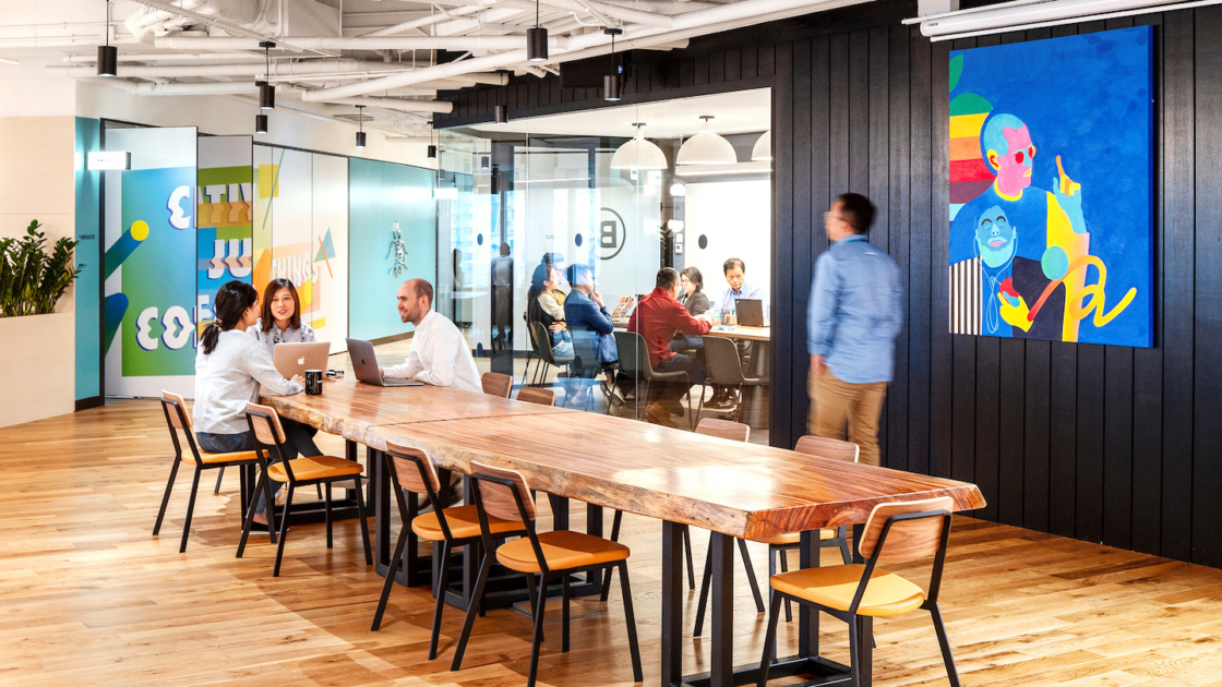 渣打銀行位於香港的 eXellerator Lab 創新實驗室。The We Company 攝影